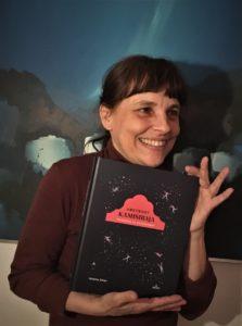 Mamka s svojo knjigo